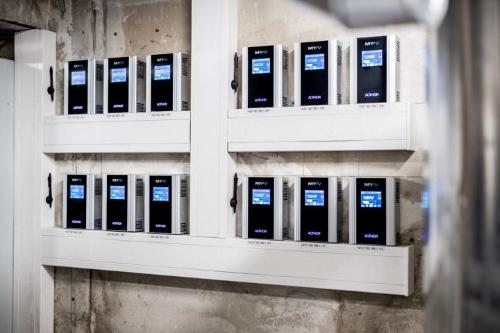 Zwölf AC•THOR-Leistungssteller übertragen die aktuell verfügbare PV-Leistung auf die Heizstäbe
